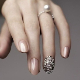 vintage-glamourous-bling-wedding-nails